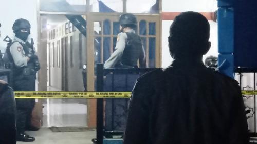 Densus 88 Antiteror Polri menggeledah rumah kos di Cimahi yang dijadikan tempat merakit bom. (Foto: Ist)