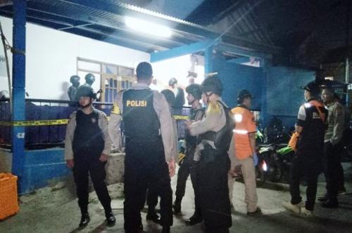 Densus 88 Antiteror Polri menggeledah rumah kos di Cimahi yang dijadikan tempat merakit bom. (Foto: Ist/Sindonews)