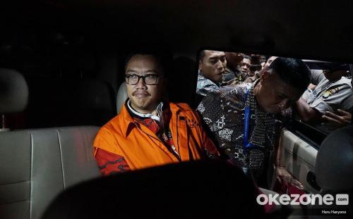 Pria duduk di mobil