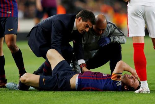 Messi cedera saat sedang membela Barcelona