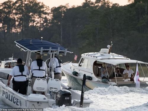 Justin Bieber dan Hailey Baldwin dikawal polisi saat menyeberang menuju venue pesta. (Foto: Daily Mail)