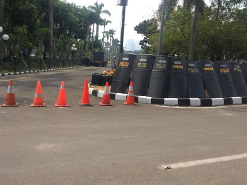 Pengamanan di sekitar Gedung DPR/MPR diperketat, Jakarta, Senin (30/9/2019). (Foto : Okezone.com/Harits Tryan Akhmad)