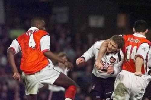 Ole Gunnar Solskjaer pernah merasakan bagaimana tekel para pemain Arsenal (Foto: Manchester Evening News)