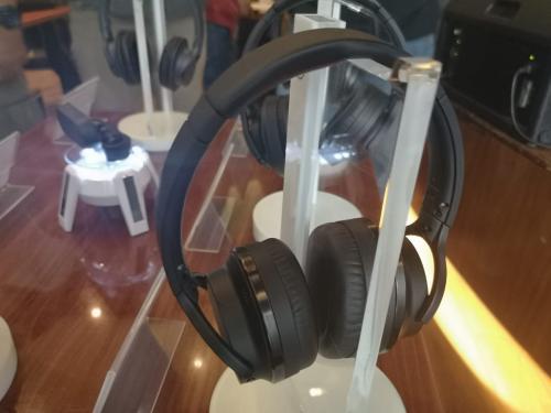 Beberapa perangkat audio seperti headphone dan earphone saat ini dilengkapi dengan teknologi noise cancelling.