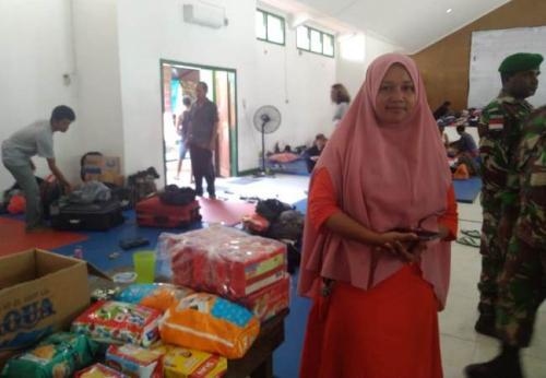 Dewi, perempuan asal Banda Sakti, Kota Lhokseumawe, Aceh, saat berada di pengungsian, Jayapura, Selasa (1/10/2019), imbas kerusuhan di Wamena, Jayawijaya, pekan lalu. (Foto : Okezone.com/Salman Mardira)