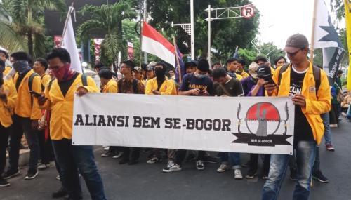 Massa aksi dari Aliansi BEM Se-Bogor saat aksi di sekitar Gedung DPR MPR tolak UU KPK dan RKUHP, Selasa (1/10/2019). (Foto : Okezone.com/Muhamad Rizky)