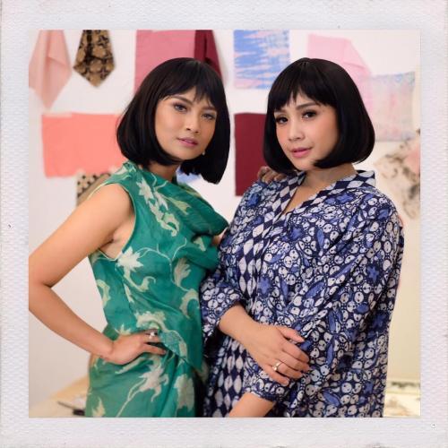 Perempuan pakai batik