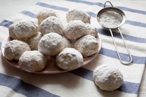 suguhan ini terbuat dari kacang pecan tanah, mentega, tepung, ekstrak vanili, dan gula bubuk