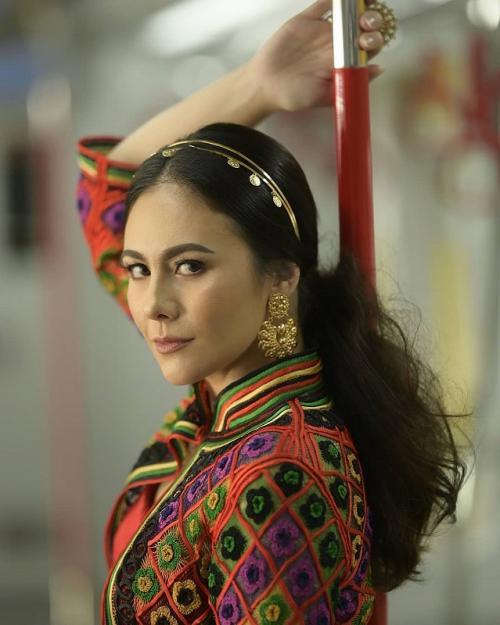 Peringati Hari Batik Nasional, Wulan Guritno pamer baju batik. (Foto: Instagram/@wulanguritno)