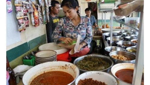 Dia ini buka warung makan di Majalengka, yang sempat hits.