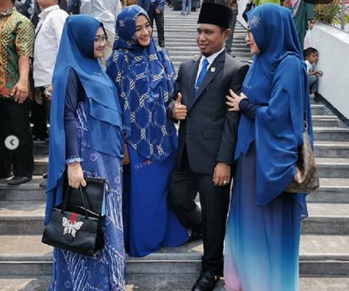 Anggota DPR dengan tiga istrinya