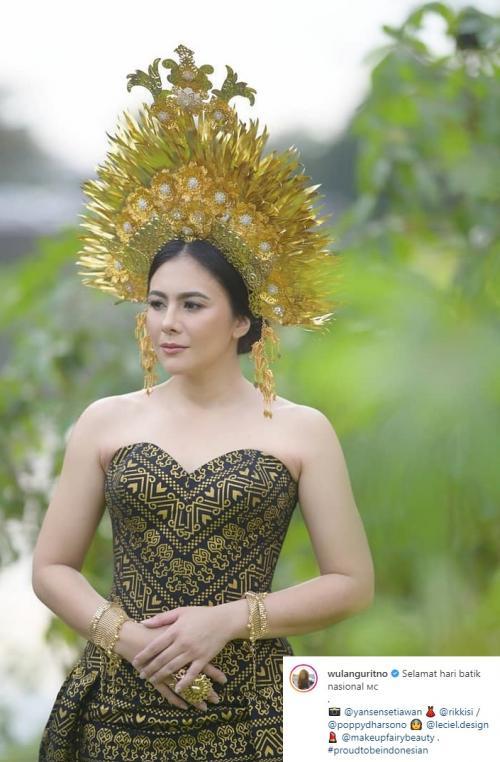 Bangga menjadi orang Indonesia, Wulan Guritno tampil dengan gaun batik. (Foto: Instagram/@wulanguritno)