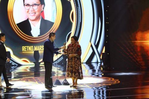 Chairman MNC Group Hary Tanoesoedibjo Memberikan Penghargaan Indonesia Awards 2019 Kategori Tokoh Publik Terbaik kepada Menteri Luar Negeri Retno Marsudi (foto: Okezone/Arif Julianto)
