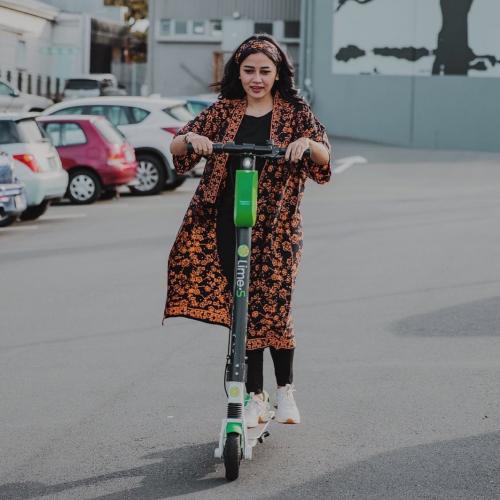 Perempuan naik skuter