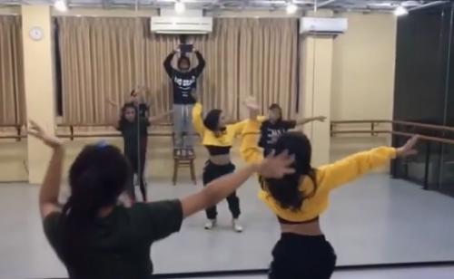 Perempuan menari