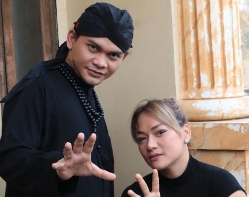 Mbah Mijan bantu Jenny Cortez untuk menghilangkan pengaruh santet. (Foto: Instagram/@jennycortez_jd)