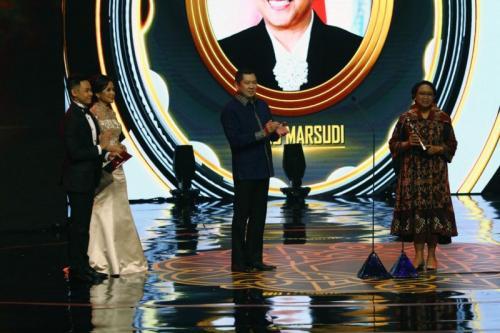 Chairman MNC Group Hary Tanoesoedibjo Memberikan Penghargaan Indonesia Awards 2019 Kategori Tokoh Publik Terbaik kepada Menteri Luar Negeri Retno Marsudi (foto:Ist))