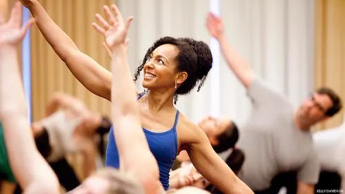 apa sih sebetulnya manfaat yang bisa didapat dari yoga tertawa alias Laughter Yoga