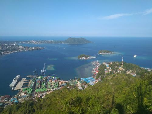 Selayang pandang saja, kota yang dikelilingi bukit itu memang memiliki banyak wisata alam menarik.