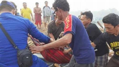 Proses evakuasi penumpang kapal yang terbakar di OKI