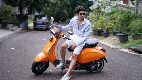 Pria di atas motor