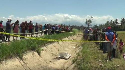 Warga berkerumun di lokasi penemuan mayat perempuan dalam karung di Polewali Mandar, Sulbar. (foto: iNews/Huzair Zainal)
