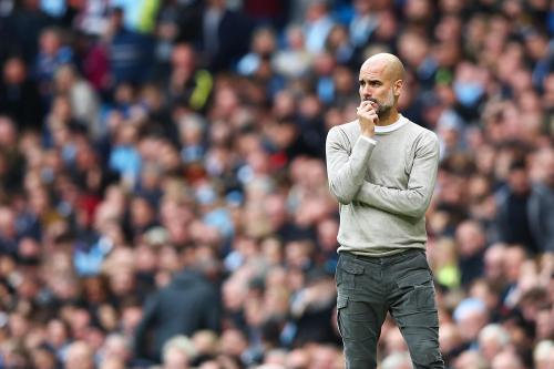 Pelatih Manchester City, Josep Guardiola memberikan arahan kepada para pemain Man City