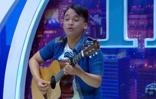 Holly Caesar mendapat rangkulan manis dari BCL saat duet. (Foto: YouTube/Indonesian Idol)