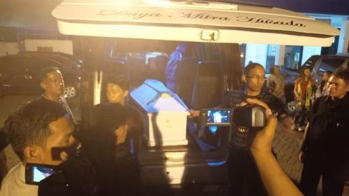 Jenazah Isak Ponda, Tiba di Cargo Bandara Hasanuddin Makassar untuk Dibawa ke Rumah Duka dan Dimakamkan (foto: Okezone/Herman Amiruddin)