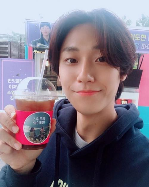 Lee Doo Hyun mendapatkan kiriman truk kopi dari IU. (Foto: Instagram/@ldh_sky)