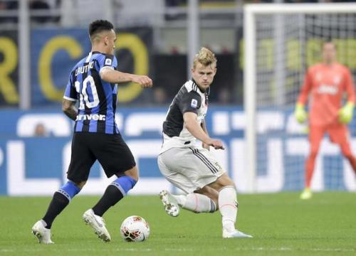 Aksi De Ligt saat sedang membela Juventus