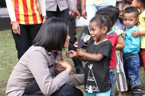 Polri beri trauma healing untuk anak-anak pengungsi korban kerusuhan Wamena Papua. (Foto: Ist)