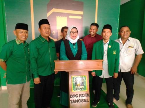 Kepsek SMPN 4 Rita Juwita Daftar Jadi Calon Wali Kota Tangsel di DPC PPP Tangsel (foto; Okezone/Hambali)