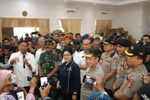 Menko Polhukam Wiranto Melepas 106 Warga di Lanud Silas Papare Jayapura untuk Kembali ke Wamena, Rabu (9/10/2019).(foto: Humas Polda Papua/Ist)