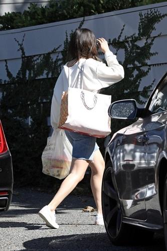 Selena Gomez terekam kamera mendatangi kediaman Niall Horan di Los Angeles, AS. (Foto: Backgrid)