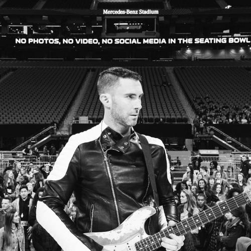 Adam Levine dipeluk penggemar saat konser di California. (Foto: Instagram/@adamlevine)