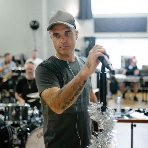 Robbie Williams pernah diserang penggemarnya saat konser di Jerman. (Foto: Instagram/@robbiewilliams)