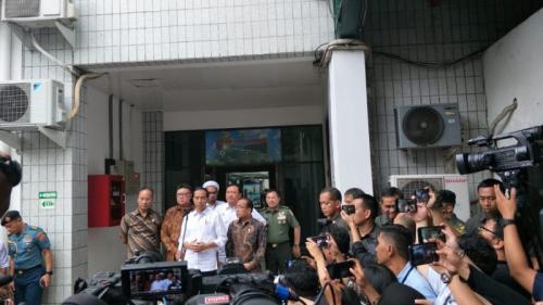 Presiden Jokowi dan jajaran di RSPAD Gatot Soebroto usai menjenguk Wiranto. (Foto: Muhamad Rizky/Okezone)
