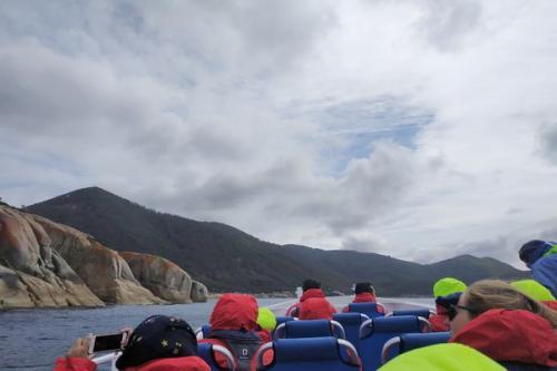 Wisatawan menjelajahi perairan australia