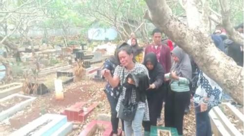 Ibunda Akbar Alamsyah korban demo di DPR, Rosminah, menangis histeris usai pemakaman anaknya di TPU Kelurahan Cipulir, Kebayoran Lama, Jakarta, Jumat (11/10/2019). (Foto : Okezone.com/Harits Tryan Akhmad)