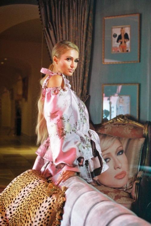 Paris Hilton dikabarkan hamil anak pertamanya dari Carter Reum.