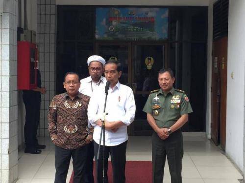 Presiden Jokowi berikan keterangan pers usai jenguk Wiranto di RSPAD yang jadi korban penusukan. (Foto : Okezone.com/Fadel Prayoga)Presiden Jokowi berikan keterangan pers usai jenguk Wiranto di RSPAD yang jadi korban penusukan. (Foto : Okezone.com/Fadel Prayoga)
