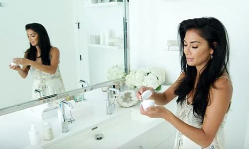 Perempuan di kamar mandi