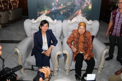 Ratu Tisha dan Tri Rismaharini