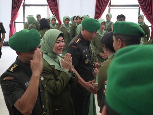 Kolenel Kav Hendi bersama istri saat serah terima jabatan (foto: ist)