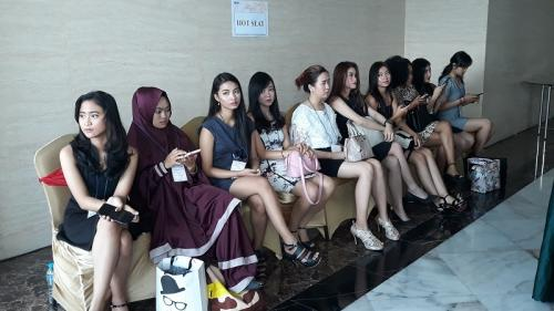 Para perempuan duduk