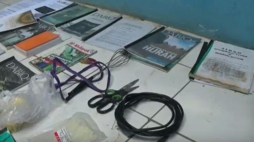Sejumlah barang bukti diamankan polisi dalam penggerebekan kontrakan terduga teroris di Bekasi (Foto : iNews.id/Didit)