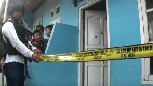 Rumah terduga teroris di Bekasi dipasang garis polisi (Foto : iNews.id/Didit)