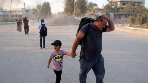 Penduduk meninggalkan tempat tinggal mereka di Ras Al-Ain. (EPA)