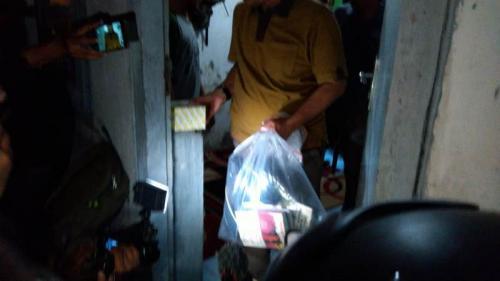Densus 88 Antiteror Polri saat menggeledah rumah terduga teroris di Cirebon, Jawa Barat, Minggu (13/10/2019). (Foto : Okezone.com/Fathnurrohman)Densus 88 Antiteror Polri saat menggeledah rumah terduga teroris di Cirebon, Jawa Barat, Minggu (13/10/2019). (Foto : Okezone.com/Fathnurrohman)